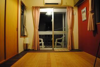 2階のフローリングの部屋 小さなベランダと外階段