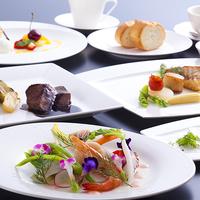 海を一望するレストランでフランス料理フルコース