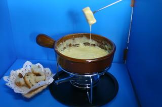チーズ大好きのオーナーお勧め、トロリと蕩けるチーズフォンデュを含んだ豪華9品のフルコースディナー。