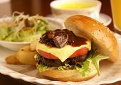 朝食は遅めのブランチで☆朝寝坊プラン♪飛騨牛ハンバーガー付 【夕食なしの1泊ブランチ付】