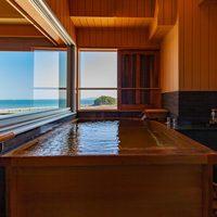 【8F半露天風呂付き客室 ツイン+4.5畳】最上階の夜景を