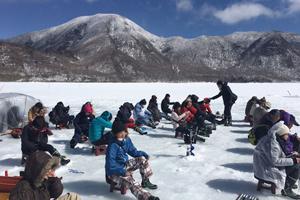 冬ならではの貴重な景色!氷上のわかさぎ釣り体験