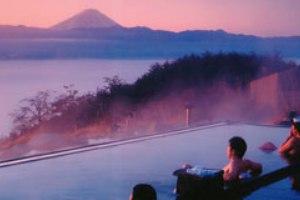 大人気の桔梗信玄餅詰め放題と甲州産食材たっぷりのランチバイキング食べ放題!富士山を望む絶景お風呂「ほったらかし温泉」も堪能【新宿 出発】