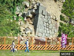 崩れた城壁の修復に5〜7年。震度6強の爪あとがここに