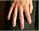 漆が爪に染み込んだ職人の手