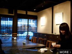 古民家を利用したカフェで雪景色を見ながらひと休み
