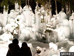 福地温泉の夜にきらめく、幻想的な「青だる」ライトアップ