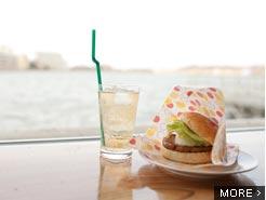のどかな柴山潟を眺めながら、ご当地グルメでのんびりカフェ時間