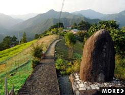 世界遺産の古道と暮らす、のどかな景色が広がる果無集落
