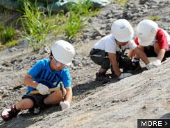 お父さんも少年に戻る 本格的な化石発掘体験