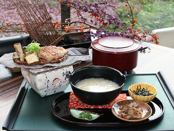 あゆ雑炊~香ばしい鮎チップを添えて~、奥美濃古地鶏の朴葉味噌焼き