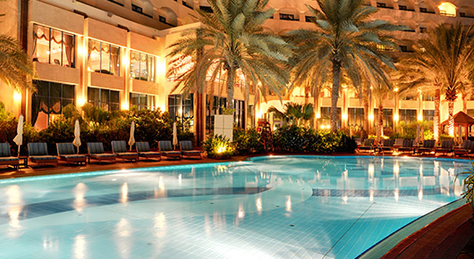 ホテルでナイトプール