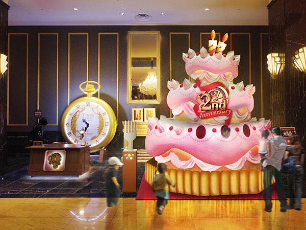 ロビーに高さ約4mのケーキが登場!